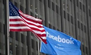 Un drapeau Facebook flotte sur la façade de la banque JP Morgan Chase, à New York, le 4 mai 2012, en attendant l'entrée en Bourse du réseau social.