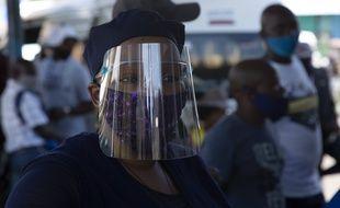 Une femme avec un masque pour se protéger du coronavirus, à Johannesburg le 24 décembre 2020.