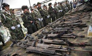 L'armée colombienne vise désormais directement les camps de base des Farc en Colombie, après avoir neutralisé les chefs historiques de la guérilla, une stratégie offensive qui ne devrait toutefois pas empêcher la libération attendue de ses otages, selon les experts.