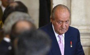 Le roi d'Espagne Juan Carlos signe la loi permettant son abdication, au palais royal de Madrid, le 18 juin 2014