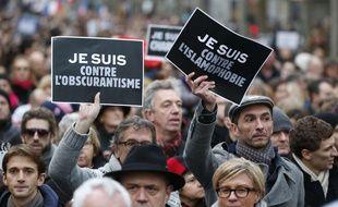 Des manifestants brandissent des pancartes «Je suis contre l'obscurantisme» et «Je suis contre l'islamophobie», lors de la marche du 11 janvier 2015, à Paris.