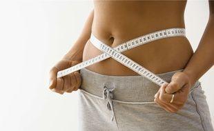 Ceinture d'électrostimulation, tisanes ventre plat et autres compléments alimentaires promettent de retrouver un ventre plus plat en quelques semaines.