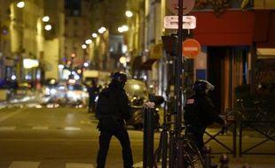 Des policiers près du Bataclan à Paris, le 15 novembre 2015