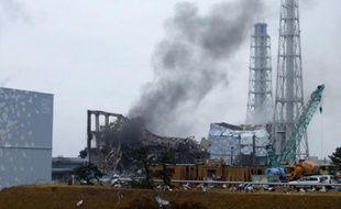 De la fumée noire s'échappe du réacteur n°3 de la centrale nucléaire de Fukushima, au Japon, le 21 mars 2011.