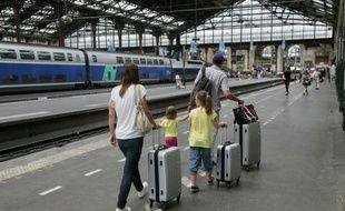 Des passagers sur un quai de la gare de Lyon à Paris le 4 juillet 2015