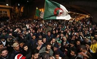 Scène de joie à Alger après l'annonce de la démission du président Abdelaziz Bouteflika, le 2 avril 2019.