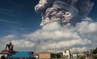 Le Sinabung est l'un des 129 volcans actifs en Indonésie