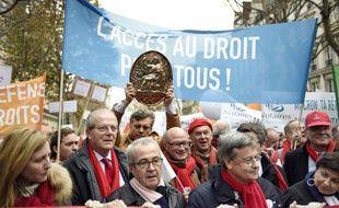 Un manifestant brandit un pannonceau de notaire lors d'une manifestations des professions juridiques qui contestent le projet de loi Macron, le 10 décembre 2014 à Paris