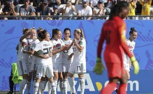 Les Allemandes célèbrent le premier but d'Alexandra Popp, ce samedi contre le Nigéria.