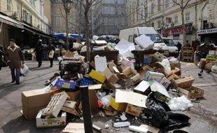 Une place de Marseille, où des ordures se sont accumulées à cause de la grève.
