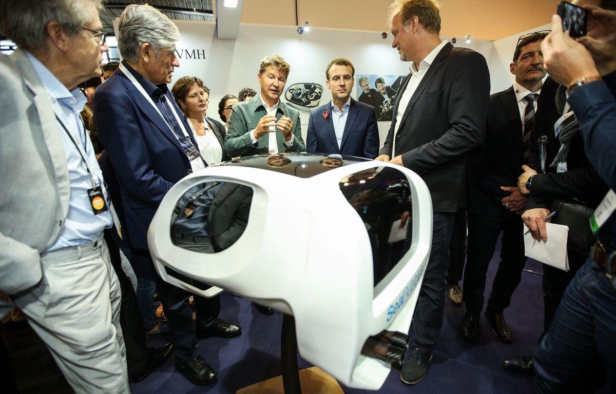 Alain Thebault présente une maquette de son Sea Bubble à Emmanuel Macron au salon Viva Technology. – LaurentVu/SIPA