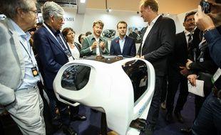 Alain Thebault présente une maquette de son Sea Bubble à Emmanuel Macron au salon Viva Technology.