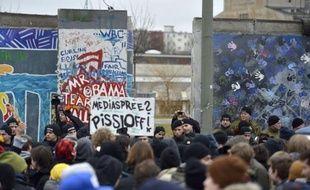 Des habitants se mobilisent pour sauver l'un des derniers vestiges du Mur de Berlin, symbole honni de la Guerre froide durant 28 ans, menacé d'être amputé pour permettre de nouveaux aménagements urbains.