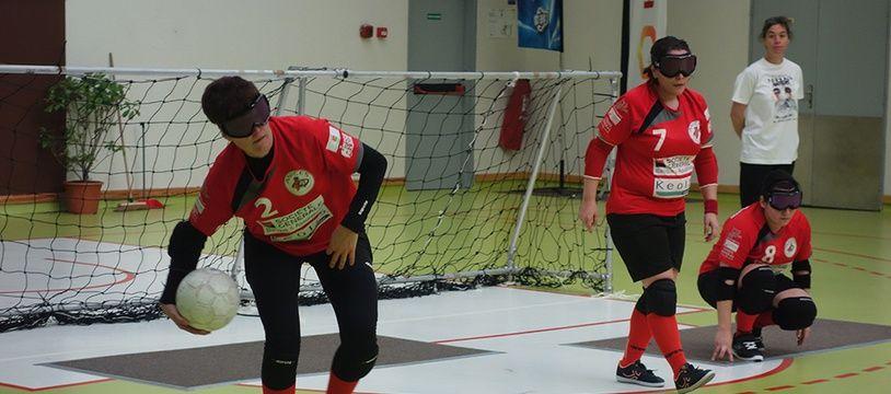 Dans chaque équipe de torball, les trois joueurs alternent entre attaque et défense.