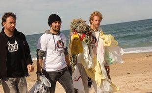 Bixente Lizarazu le 14 mars 2014 à Ilbaritz (64) lors de l'initiative océane du staff de Surfrider Foundation Europe.