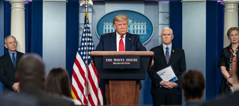 Donald Trump fait un point sur le coronavirus le 25 mars 2020, avec le vice-président Mike Pence et les docteurs Anthony Fauci et Deborah Birx.