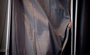 Manuel Valls dans l'isoloir le 6 décembre 2015.