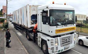 Un camion transportant les corps des victimes du crash du Rio-Paris part du port de Bayonne à destination de Paris, le 16 juin 2011.