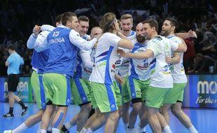 L'équipe de Slovénie fête sa qualification pour les demi-finales du Mondial de handball, le 24 janvier 2017 à Bercy.