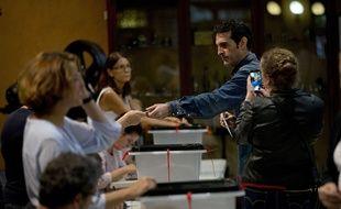 Un homme vote dans une école de Barcelone, le 1er octobre 2017.