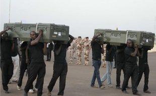 Les cercueils des deux journalistes exécutés au Mali à l'aéroport de Bamako, le 4 noveambre 2013.