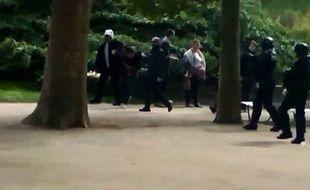 Photo extraite de la vidéo de Médiapart sur laquelle on aperçoit Alexandre Benalla et Vincent Crase arrêter Khelifa. M.
