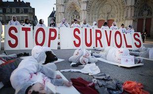 Des manifestants pro-aéroport ont simulé un crash d'avion samedi en centre-ville de Nantes