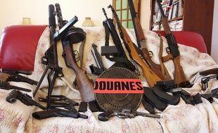 L'arsenal découvert dans le faux plafond d'un grenier chez un particulier.