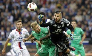 Le gardien lyonnais Anthony Lopes s'impose ici devant l'attaquant stéphanois Alexander Söderlund, lors du dernier derby, le 2 octobre à Décines.