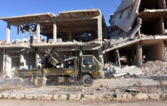 Un véhicule des forces syriennes pro-gouvernementales patrouille à Alep, le 27 novembre 2016, dans le quartier Masaken Hanano, repris aux rebelles.