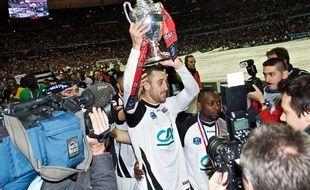 Jonathan Martins Pereira soulevant la Coupe de France, le 3 mai 2014.