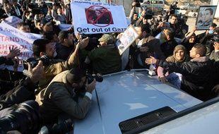 Manifestants autour de la voiture de la ministre des Affaires étrangères Michèle Alliot-Marie à Gaza le 21 janvier 2011.