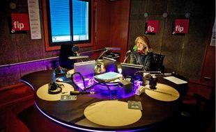 Jane Villenet, une des voix «anonymes» de FIP, dans le studio 139 de la Maison de la radio.