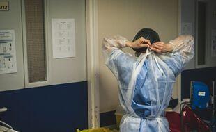 Une soignante dans un hôpital à Grasse, le 22 janvier.