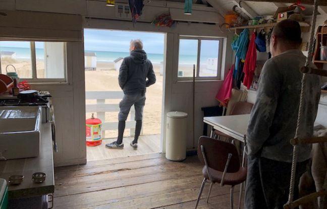 L'intérieur d'un chalet, installé sur la plage de Blériot, près de Calais, et voué à être détruit.