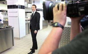 L'animateur Stéphane Rotenberg dans les cuisines de l'Hôtel Royal d'Evian, lors du tournage de la finale de la saison 9 de «Top Chef».