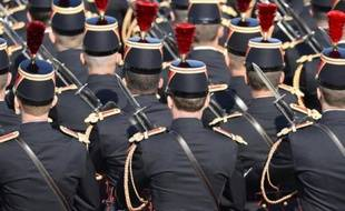 Le défilé du 14 juillet, ouvert par les troupes maliennes, a commencé dimanche peu après 10H00 sur l'avenue des Champs Elysées, sous un soleil radieux et en présence d'une foule dense.