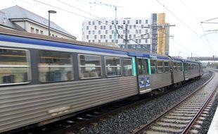 Un train circule sur le réseau ferré de Bretagne, ici à Rennes.
