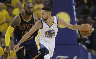 Stephen Curry domine LeBron James, et Golden State prend le large face à Cleveland en finale NBA.
