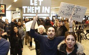 Des manifestants opposés au décret de Donald Trump sur l'immigration, à l'aéroport LAX de Los Angeles.