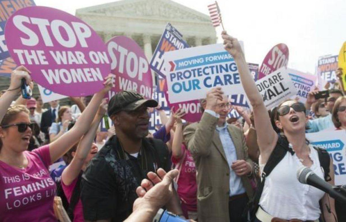 La Cour suprême des Etats-Unis a validé jeudi la réforme de l'assurance maladie , une décision qui touche des millions d'Américains dépourvus de toute couverture et accorde une victoire retentissante à Barack Obama, en pleine campagne pour sa réélection. – Saul Loeb afp.com