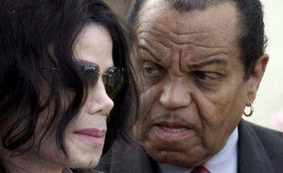 Michael Jackson et son père Joe à la sortie de la Cour de justice de Santa Barbara, le 21 mars 2005.