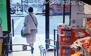 Capture de la vidéo, dans laquelle on voit une femme voler un chien, dans un supermarché à Paris (10e).