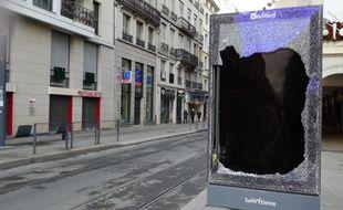 La ville de Saint-Etienne a été le théâtre de violents affrontements entre les forces de l'ordre et les jeunes, samedi 8 décembre.