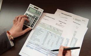 Illustration Bulletin de salaire. Epluchage de fiche de paye. paie. Calculatrice.