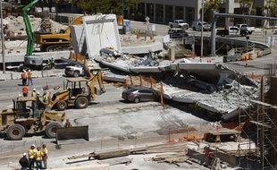 Un pont piétonnier s'est effondré sur une autoroute à six voies à Miami.