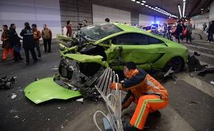Le 12 avril 2015 une Lamborghini et une Ferrari se sont percutées à Pékin. CHINA OUT   AFP PHOTO