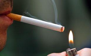 Un homme une cigarette.