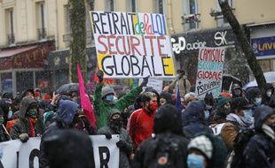 Des manifestants dans les rues de Paris, le 16 janvier 2021.