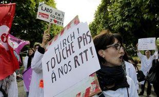 Des militants CGT et SUD manifestent à Paris et perturbent le départ d'une course à pied organisée dans le cadre des portes ouvertes de l'AP-HP, pour dénoncer le projet de réorganisation du temps de travail